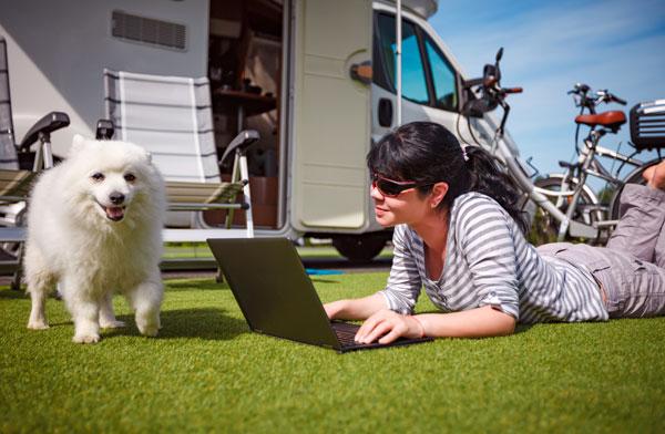 Hund im Urlaub mit Frauchen beim Camping